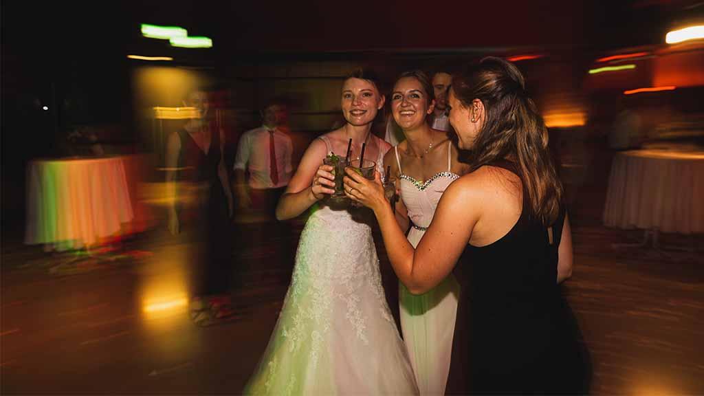 Braut mit Freundinnen